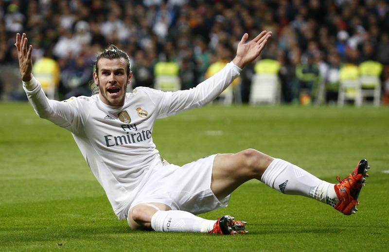 Football - Real Madrid v Barcelona - Liga BBVA - Santiago Bernabeu - 21/11/15 Real Madrid's Gareth Bale appeals for a penalty that is not given Reuters / Paul Hanna Livepic EDITORIAL USE ONLY.