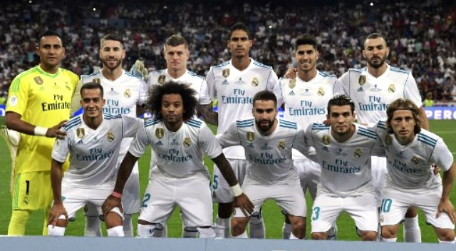 Real Madrid's players pose before the second leg of the Spanish Supercup football match Real Madrid vs FC Barcelona at the Santiago Bernabeu stadium in Madrid, on August 16, 2017. / AFP PHOTO / JAVIER SORIANO
