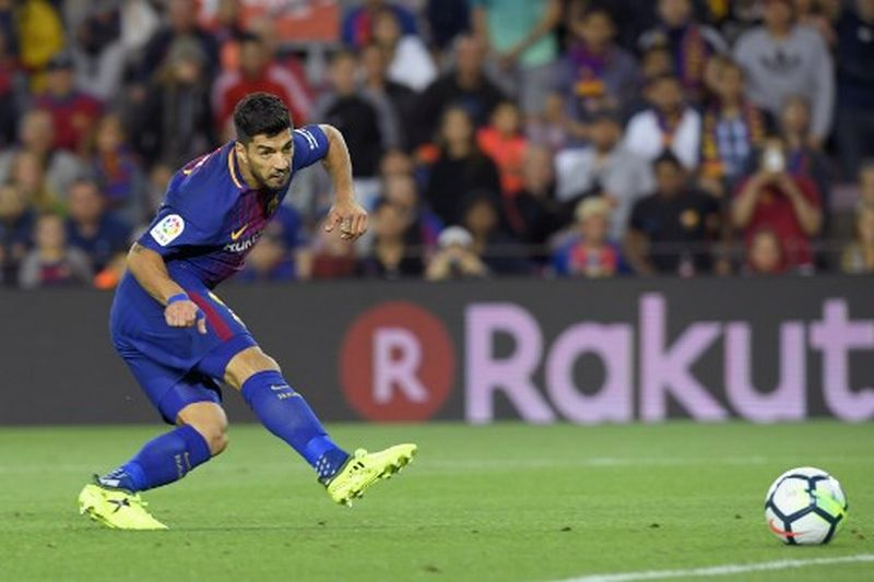 Barcelona's Uruguayan forward Luis Suarez scores during the Spanish Liga football match Barcelona vs Espanyol at the Camp Nou stadium in Barcelona on September 9, 2017. / AFP PHOTO / LLUIS GENE