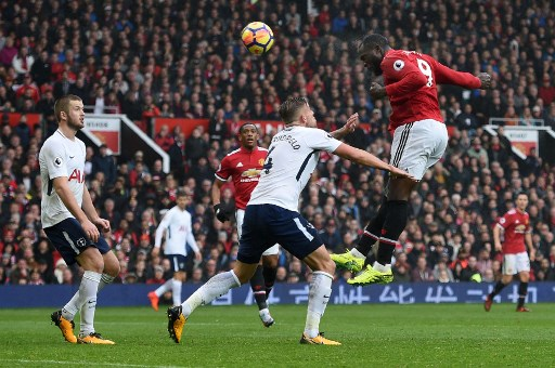 Manchester United's Belgian striker Romelu Lukaku (R) wins a header during the English Premier League football match between Manchester United and Tottenham Hotspur at Old Trafford in Manchester, north west England, on October 28, 2017. / AFP PHOTO / Oli SCARFF / RESTRICTED TO EDITORIAL USE. No use with unauthorized audio, video, data, fixture lists, club/league logos or 'live' services. Online in-match use limited to 75 images, no video emulation. No use in betting, games or single club/league/player publications.  /