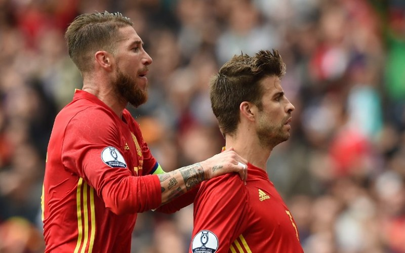 Spain's defender Gerard Pique celebrates with Spain's defender Sergio Ramos after scoring the opening goal during the Euro 2016 group D football match between Spain and Czech Republic at the Stadium Municipal in Toulouse on June 13, 2016. Spain won the match 1-0. / AFP PHOTO / NICOLAS TUCAT